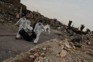 عکس/ جمعآوری اجساد از زیر آوارهای موصل