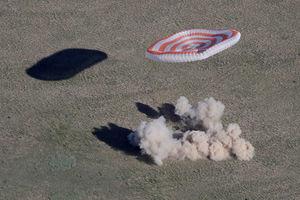 عکس/ فرود سه فضانورد در قزاقستان