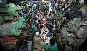 عکس/ افطاری هندیها در فروشگاه پمپ آب