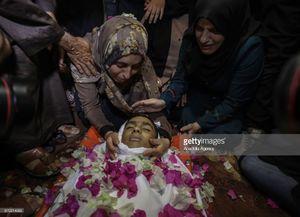عکس/ وداع دردناک مادری با پسرش