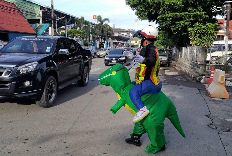 تانیت بوسابونگ پلیس خلاق تایلندی است که با یونیفرم های خاص در مقابل مهدکودک ها والدین ونونهالان را راهنمایی می کند.