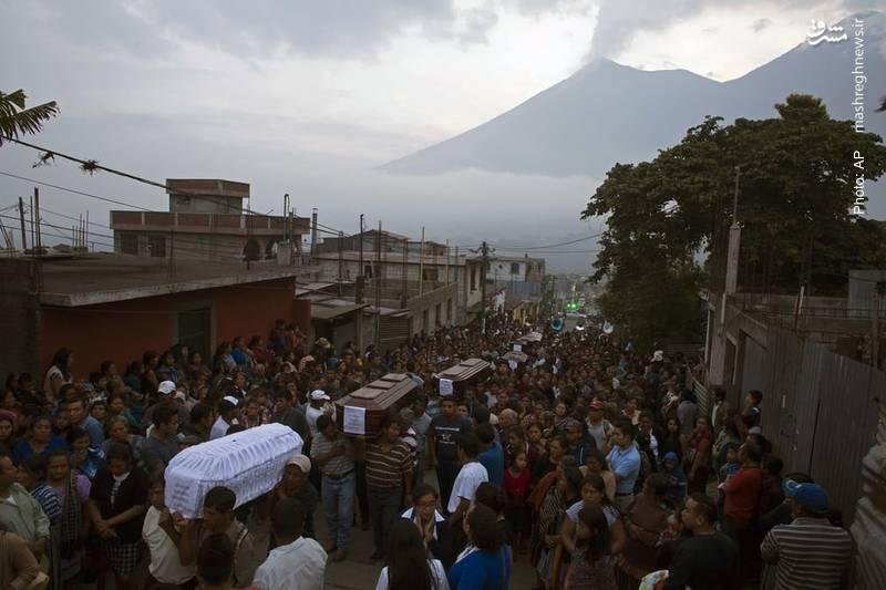 تشییع هفت تن از دهها جانباخته بر اثر فعالیت آتشفشان «آتش» در گواتمالا