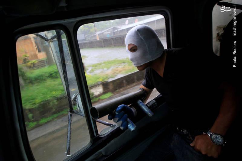 خمپاره انداز دستی در دستان یکی از معترضان علیه رئیس جمهور نیکاراگوئه دنیل اورته گا