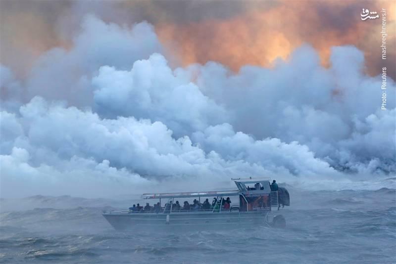 ریختن مواد مذاب به دریا در سواحل هاوایی به یکی از جاذبه های گردشگری این منطقه تبدیل شده است!