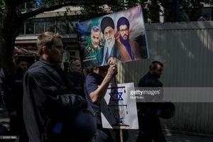 تصویر رهبر انقلابوحاج قاسم در تظاهرات آلمان
