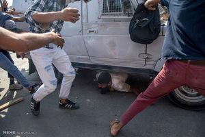 عکس/ زیر گرفتن مردم توسط پلیس هند