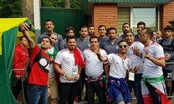 عکس یادگاری هواداران با تعدادی از ملیپوشان فوتبال