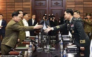 عکس/ نظامیان دو کره پای میز مذاکره