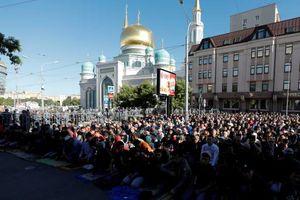 عکس/ اقامه نماز عید فطر در کشور میزبان جام جهانی