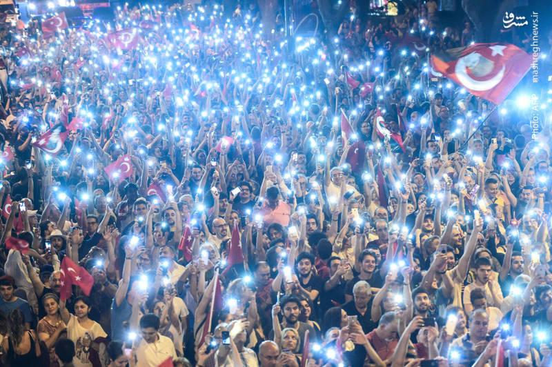 حضور مردم در میتینگ انتخاباتیِحزب خلق جمهوری ترکیه در آستانه انتخابات سراسریِ این کشور که روز یکشنبه 27 خرداد انجام میشود.