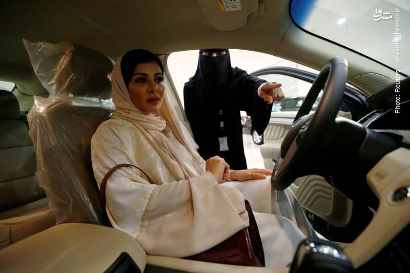 فاطمه ناصرالله، جراح عربستانی در حال بازدید از خودرویی که قصد خریداری آن را دارد دیده میشود. در حالی که هزاران زن سعودی در سالهای اخیر در مشاغل سطح بالا مسغول بودهاند، چند هفته پیش بود که برای اولین بار امکان صدور گواهینامه رانندگی برای زنان فراهم شد.