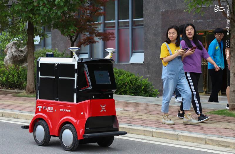 آغاز بکار روباتی در کالج چینی که قادر است تا 100 کیلوگرم بستههای پستی را به نشانی هر کدام تحویل دهد.