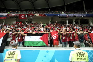 پرچم فلسطین در دستان تماشاچیان تونسی