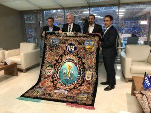 اهدای فرش ویژه ایرانی به رئیس فیفا توسط مهدوی کیا +عکس