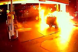 فیلم/ لحظه انفجار وحشتناک پمپ بنزین