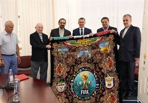 عکس/ اهدای فرش دستباف جام جهانی به فدراسیون روسیه