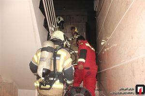نجات ۱۳ مرد و زن محبوس شده میان دود و آتش +عکس