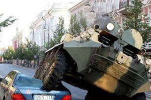 فیلم/ تصادف عجیب تانک با خودروی سواری!
