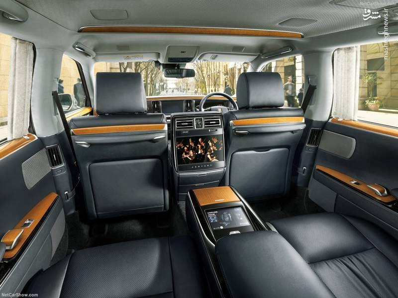از دیگر امکانات این خودرو میتوان به پرده عقب، سیستم صوتی تصویری بزرگ، صفحه نمایش لمسی و سیستم تهویه ی مجزا برای صندلی های عقبی اشاره کرد.
