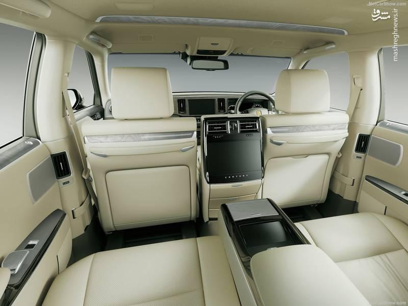 برخلاف بسیاری از خودروهای امروزی، در تویوتا سنچوری لذت رانندگی در اولویت قرار ندارد و به جای آن تویوتا راحتی و آسایش دو سرنشین عقب را مورد توجه قرار داده است.
