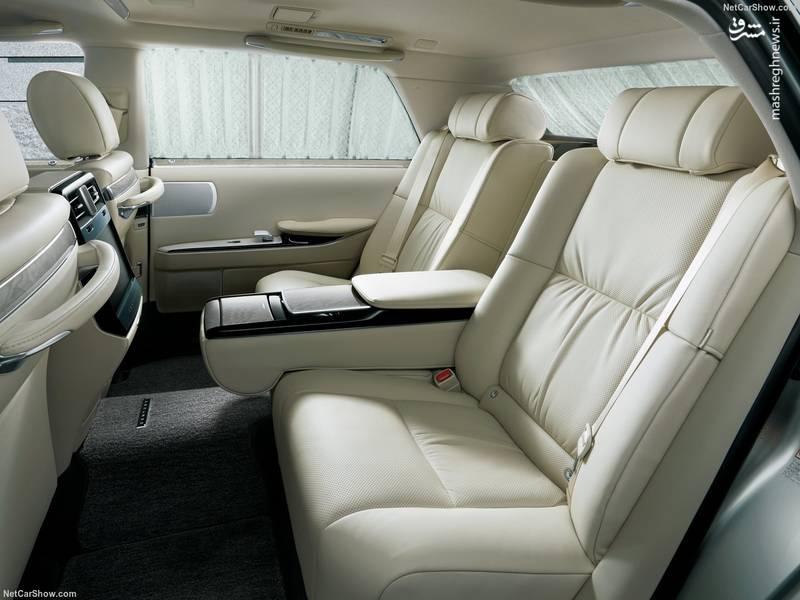 صندلی های عقبی این خودرو تنظیم شونده هستند و به ماساژور و استراحتگاه پا نیز مجهز هستند.