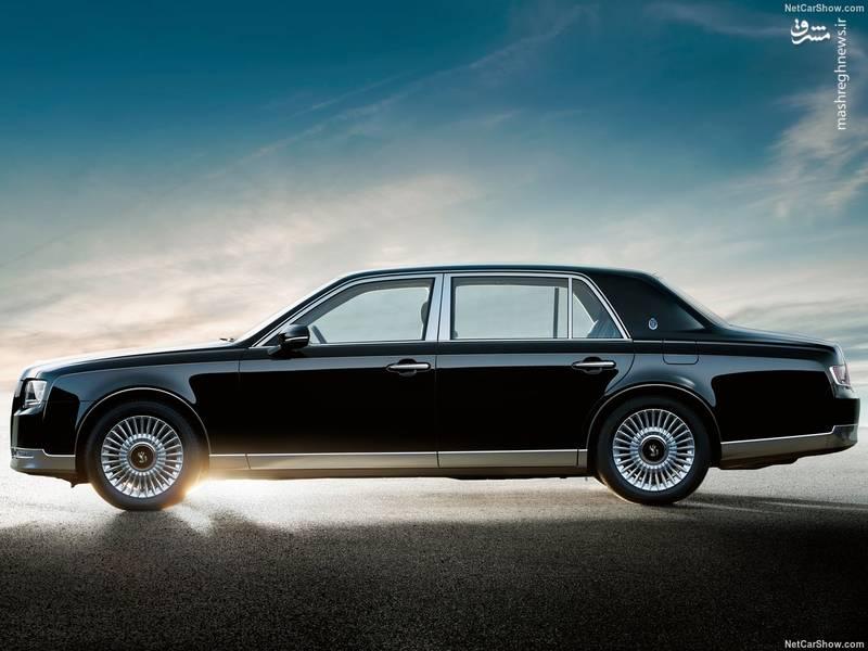 در بحث ابعاد، این خودرو دارای طول ۵.۳ متر، عرض ۱.۹ متر و ارتفاع ۱.۵ متر است و فاصله ی محوری آن نیز ۳ متر است.
