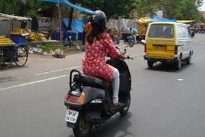 فیلم/ اقدام عجیب مادر موتورسوار!