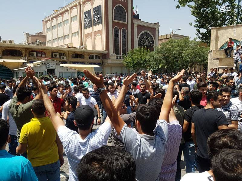 روز گذشته نیز جمعی از بازاریان پاساژ علاءالدین و موبایلفروشان در اعتراض به گرانیها دست به اعتصاب زدند.