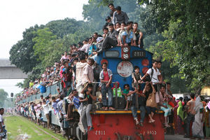 فیلم/ سبک عجیب پیاده شدن از قطار در بنگلادش