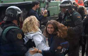 نوازش به سبک پلیس اسپانیا +عکس