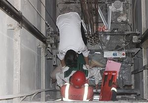 گرفتار شدن سرویسکار آسانسور بین کابین و دیواره +عکس