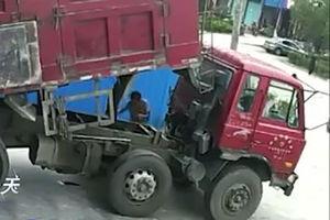 فیلم/ مرگ وحشتناک تعمیرکار کامیون!