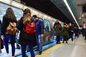 فیلم/ تلاش مسافران مترو برای نجات یک مرد!