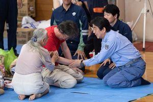 عکس/ دیدار نخست وزیر ژاپن با سیل زدگان