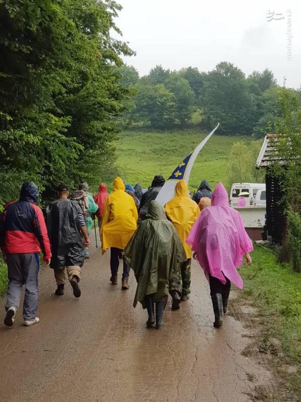 راهپیمایی مارش میرا در هوای بارانی