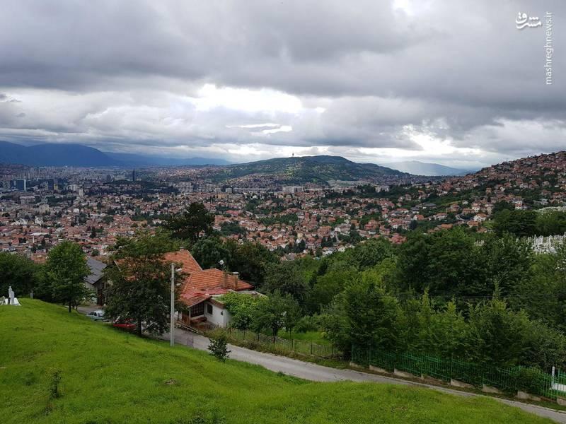 """سارایوو پایتخت کشور بوسنی هرزگووین و نیز بزرگترین شهر این کشور است. نام این شهر از ریشه ترکی سارای اواسی (saray ovası) که به معنی دشت سراها در زبان ترکی استانبولی است (از ترکی """"سارای"""" به معنی قصر-کاخ که خود نیز از واژه سرائ پارسی)، گرفته شدهاست. بر اساس سرشماری سال ۱۹۹۱، جمعیت سارایوو بالغ بر ۴۱۶٫۴۹۷ نفر بودهاست که این عدد بر اساس تخمین سال ۲۰۰۸ به ۳۰۴٫۶۱۴ نفر رسیدهاست."""