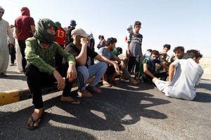 عکس/ معترضین عراقی به سوی پالایشگاه بصره رفتند