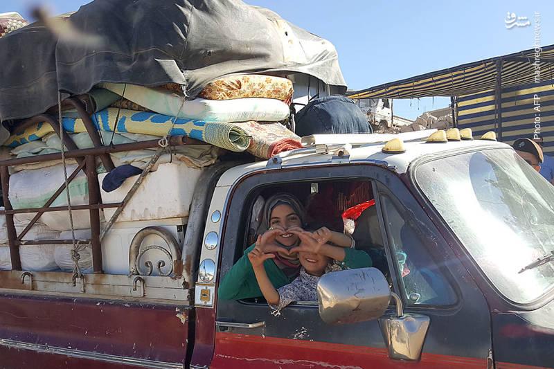 خروج یک خانواده سوری از اردوگاه آوارگان در عرسال لبنان برای بازگشت به خانه خود