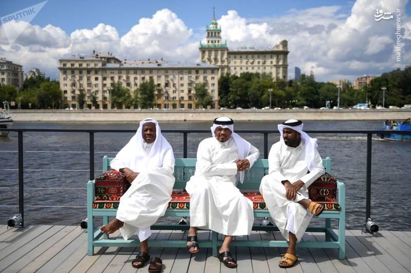استراحت غرفهداران قطری در حاشیه یکی از مراکز تفریحی مسکو. غرفه آنها وظیفه معرفی میزبان بعدی جام جهانی را دارد.