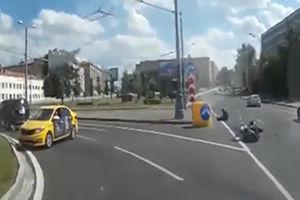 فیلم/ راننده ناشی که موتورسوار را نقش زمین کرد!