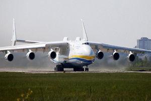 فیلم/ لحظه فرود بزرگترین هواپیمای جهان!