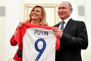 عکس/ هدیه رئیس جمهور کرواسی به پوتین