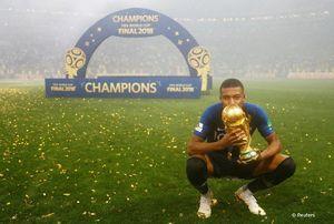 عکس/ بوسه امباپه بر جام
