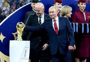 عکس/ ژست پوتین با جام جهانی