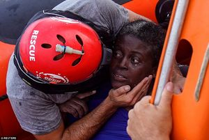 عکس/ نجات یک زن از دریای مدیترانه