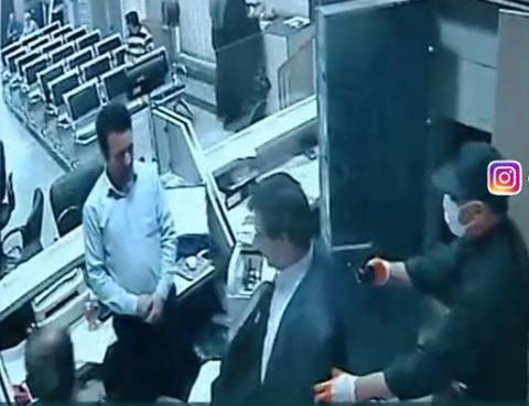 فیلم/ کارمندان بانک و مردم سارق مسلح را به دام انداختند