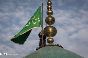 عکس/ تعویض پرچم گنبد امامزاده صالح(ع)