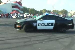 فیلم/ انجام دریفت نمایشی توسط پلیس!