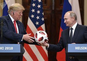 اهدای یکی از توپ های جام جهانی به ترامپ در دیدار وی با پوتین در هلسینکی