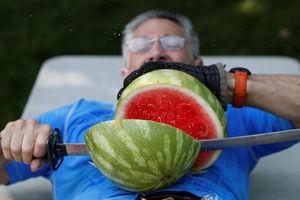 عکس/ تکه کردن هندوانه با شمشیر